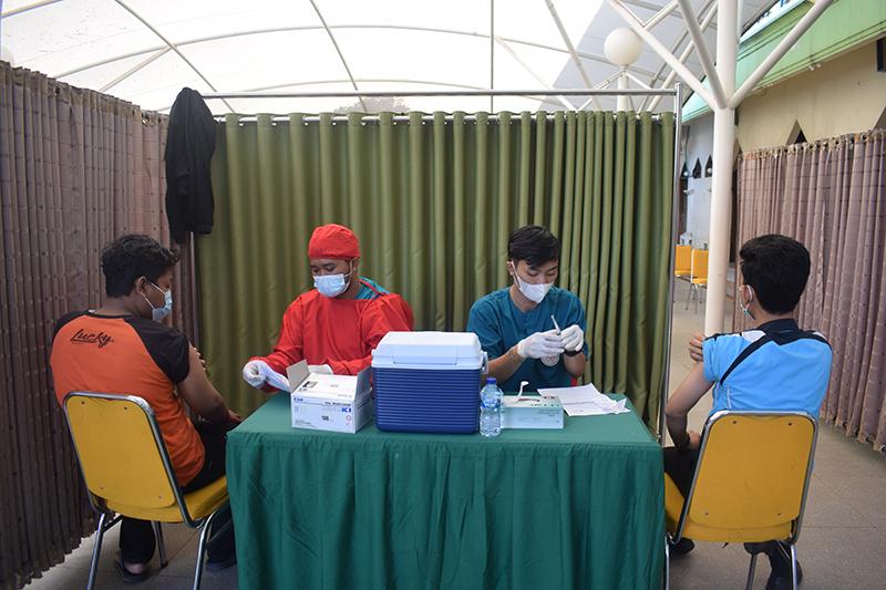 Proses vaksinasi tahap kedua di Universitas Nasional pada Senin, 26 Juli 2021