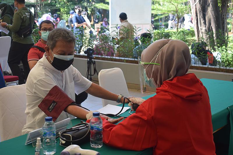 Pengecekan tensi darah kepada pasien yang ingin vaksin di Universitas Nasional pada Senin, 26 Juli 2021