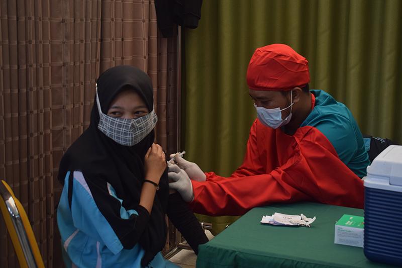 Proses pemberian vaksin tahap kedua kepada civitas akademika Universitas Nasional pada Senin, 26 Juli 2021
