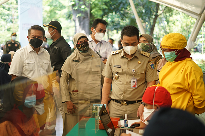 Wagub Jakarta Ahmad Riza Patria saat meninjau vaksinasi di Universitas Nasional Senin, 26 Juli 2021 (2)