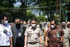 Wagub Jakarta Ahmad Riza Patria saat mendatangi Unas untuk memantau proses vaksinasi kepada masyarakat pada Senin, 26 Juli 2021