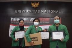 Para mahasiswa yang memenangkan lomba poster dalam kegiatan ini