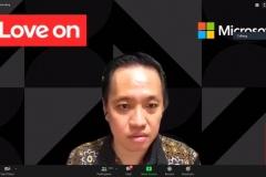 Benny Kusuma dari Education Lead Microsoft Indonesia  sebagai pembicara sedang memaparkan materinya