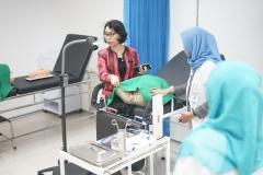 Anggrita Sari, M.Pd., M.Kes (Blazer merah) mengecheck laboratorium  pada kegiatan visitasi reakreditasi prodi D-IV Kebidanan, Selasa (23/7) di ruang seminar lantai tiga Menara UNAS