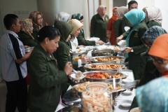 Makan siang bersama di ruang seminar lantai tiga Menara UNAS