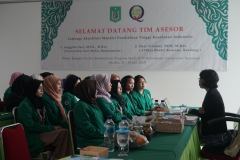 Asesor melakukan wawancara dengan mahasiswa dan alumni