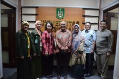 Foto Bersama Rektor UNAS Dr.Drs. El Amry Bermawi Putera, M.A (Batik tengah) dengan pimpinan UNAS lainnya serta asesor dan pimpinan FIKES