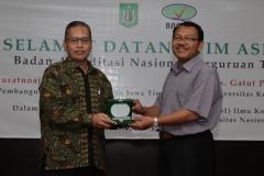 penyerahan cinderamata oleh wakil dekan bidang akademik Dr. Aris Munandar, M.Si kepada asesor II Drs. Gatut Priyowidodo, M.Si, Ph.D