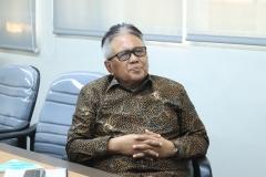 Wakil Rektor Bidang Administrasi Umum, Keuangan, dan SDMProf. Dr. Drs. Eko Sugiyanto, M.Si sedang mengikuti webinar