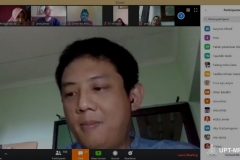 """Dosen Universitas Nasional Kumba Digdowiseiso, S.E., M.A., Ph.D saat mempresentasikan materi nya pada kegiatan Webinar """"Indonesia's Economic Survival In The Middle Of Global Pandemic Covid-19"""" melalui video conference berlangsung"""