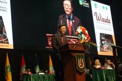 Duta Besar Korea Selatan Republik Indonesia, Mr. Kim Chang Beom sedang memberikan orasi ilmiah kepada wisudawan