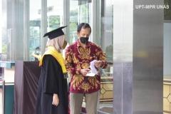 Pemeriksaan surat rapid tes wisudawati oleh panitia di Jakarta Convention Center (JCC), Senayan pada Sabtu, 28 November 2020