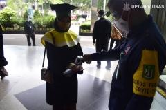 Pengecekan suhu badan oleh satgas covid Universitas Nasional kepada para wisudawan dan wisudawati yang akan dilantik