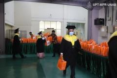 Pengambilan souvenir oleh wisudawan dan wisudawati setelah prosesi pelantikan