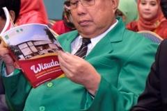 Ketua Pengurus YMIK (Dr. Ramlan Siregar, M.Si.) sedang duduk dibangku kehormatan