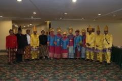 Panitia wisuda mengenakan pakaian adat Indonesia di acara wisuda UNAS yang bertepatan dengan hari kartini (3)