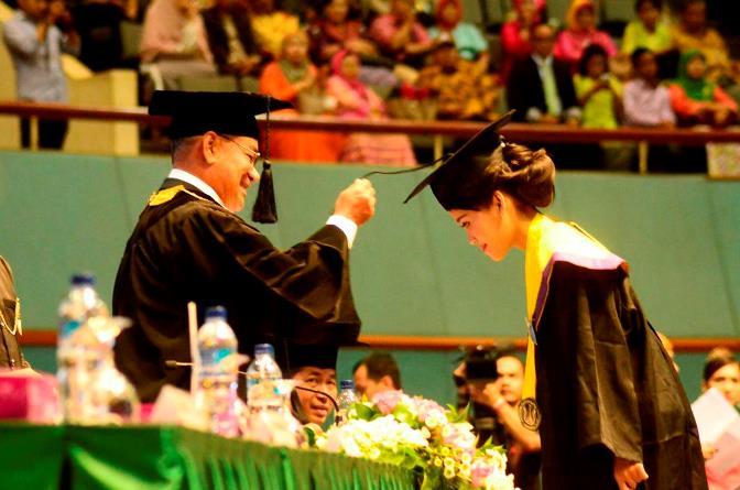 rektor Universitas Nasional El Amry Bermawi Putera memindahkan kuncir Weny Tamala wisudawan terbaik AKPARNAS