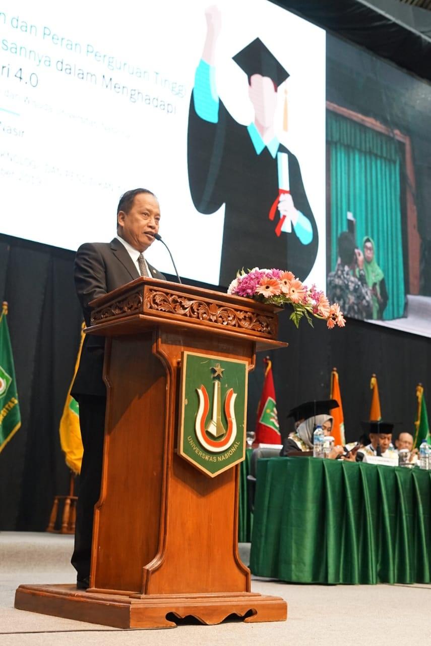 Menteri Ristek dan Dikti, Prof M. Nasir, Ph.d. Ak, memberikan orasi ilmiah dan pembekalan kepada lulusan UNAS agar siap menghadapi era 4.0, di JCC, Minggu (22-9)