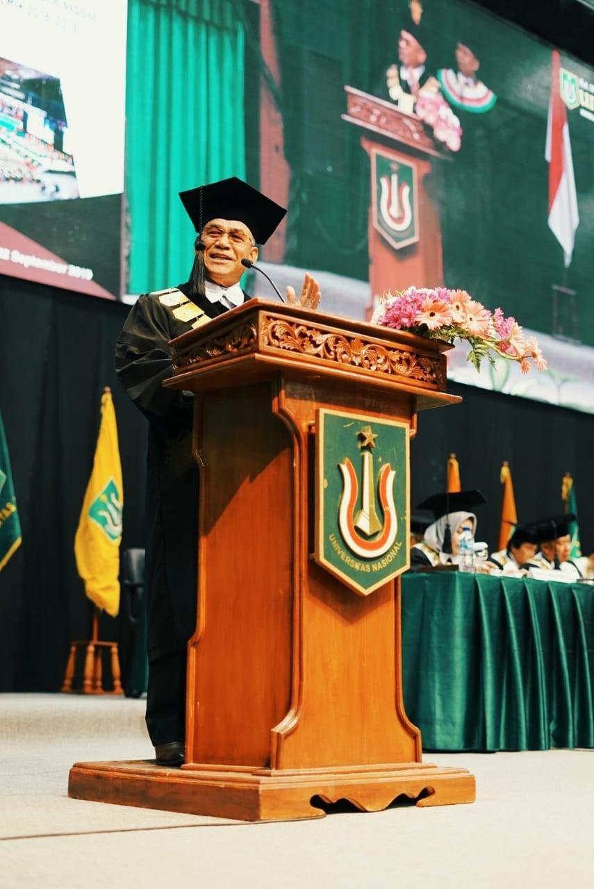 Rektor UNAS, Dr. El Amry Bermawi Putera menyampaikan pidatonya dihadapan wisudawan