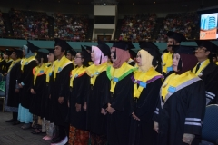Para wisudawan sedang menyanyikan lagu indonesia raya