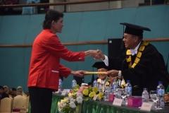 rektor UNAS memberikan penghargaan kepada ketua padus