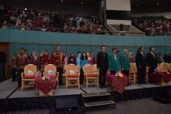 dosen dan para tamu undangan sedang menyanyikan lagu indonesia raya