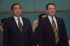 ketua YMIK dan ketua DPR sedang menyanyikan lagu indonesia raya