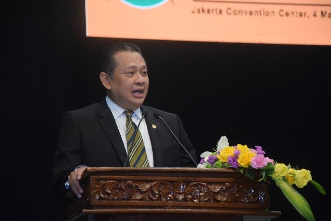 keynote speaker ketua DPR RI sedang memberikan materi