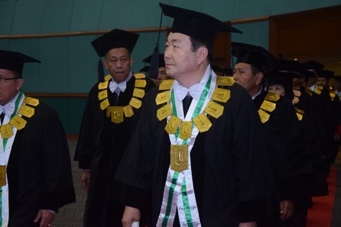 prof cho berjalan memasuki gedung jcc