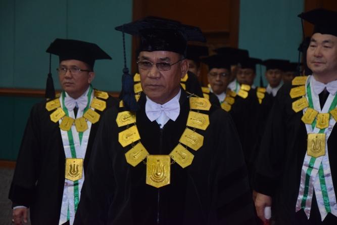 rektor UNAS berjalan memasuki gedung jcc
