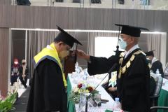Prosesi pemindahan kuncir oleh Rektor Universitas Nasional Dr. El Amry Bermawi Putera, M.A. pada wisuda Periode I Tahun Akademik 2020/2021 , Sabtu 26 Juni 2021
