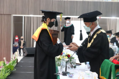 Prosesi pemakaian cincin oleh ektor Universitas Nasional Dr. El Amry Bermawi Putera, M.A. kepada salah satu mahasiswa terbaik UNAS pada wisuda Periode I Tahun Akademik 2020/2021 , Sabtu 26 Juni 2021