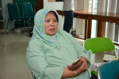 dosen ilmu komunikasi ibu Masnah dalam seminar