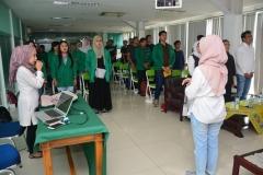para peserta sedang menyanyikan lagu indonesia raya
