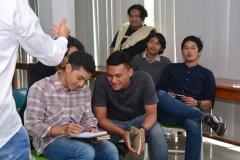 peserta seminar sedang berdiskusi