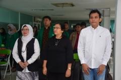 kaprodi ilkom, moderator dan narasumber bapak Her seedang menyanyikan lagu indonesia raya