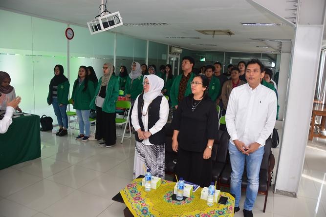 para peserta seminar menyanyikan lagu indonesia raya