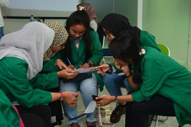 peserta seminar sedang berdiskusi dalam workshop