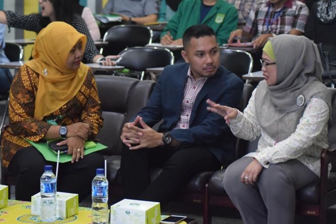 Interaksi Dian Metha Ariyanti (Kiri) - Rizki Saragih (Tengah) - Yayu Sriwartini (Kanan)