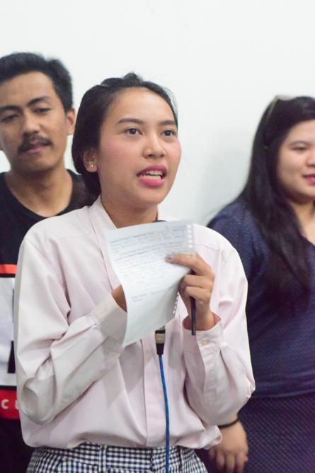 Mahasiswa Sedang Mempresentasikan Tugas Kasus (2)