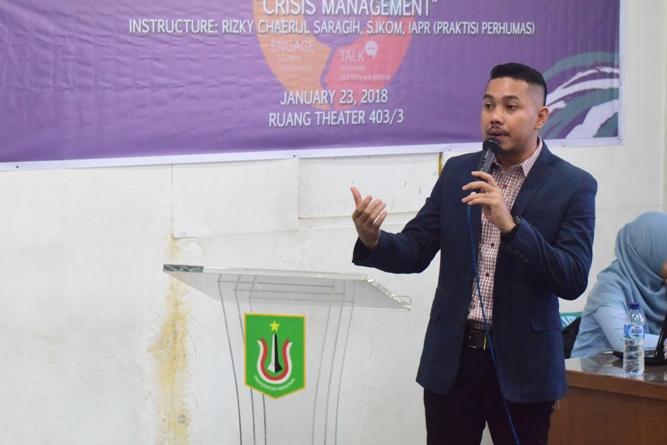 Pembicara Sedang Mempresentasikan Materi (2)