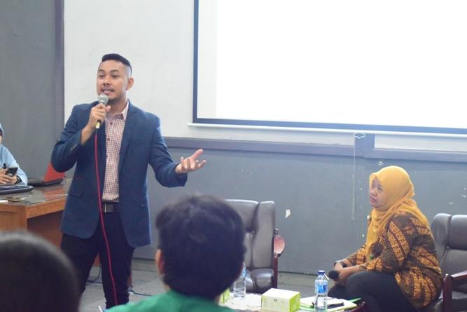 Pembicara Sedang Mempresentasikan Materi (3)
