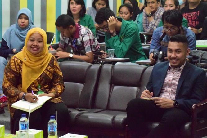 Penilaian Dian Metha Ariyanti (Kiri) dan Rizky Chaerul Saragih (Kanan) Terhadap Presentasi Mahasiswa
