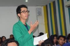 Mahasiswa Sedang Bertanya Pada Sesi Pertanyaan