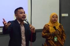 Pembahasan Materi Rizky Chaerul Saragih (Kiri) dan Dian Metha Ariyanti (Kanan) Membahas Tugas Kasus Yang Dipresentasikan Mahasiswa