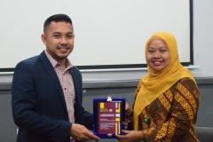 Pemberian Pelakat dari Pihak Unas yang diwakili oleh ibu Dian Metha Ariyanti