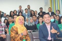 Foto Bersama Dian Metha Ariyanti (Kiri), Rizky Chaerul Saragih (Kanan) Dengan Peserta Workshop