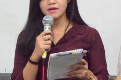 Mahasiswa Sedang Mempresentasikan Tugas Kasus