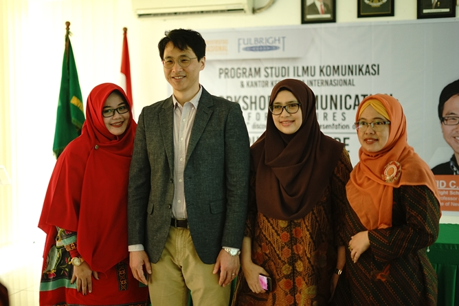 "Workshop Communication for lectures ""white ""expatriate"" discourse and self representation on social media"", di ruang seminar lantai 3 UNAS, Selasa, (14/5)"