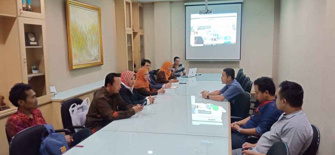 Media visit ke republika
